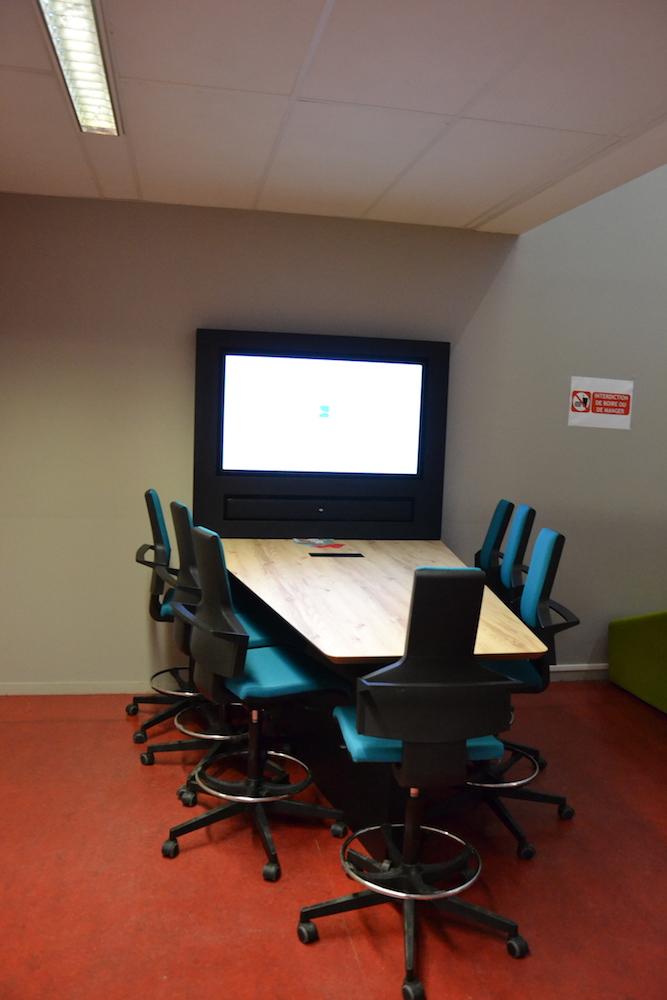 Espace Assis/Debout avec téléviseur. Table et chaises hautes.
