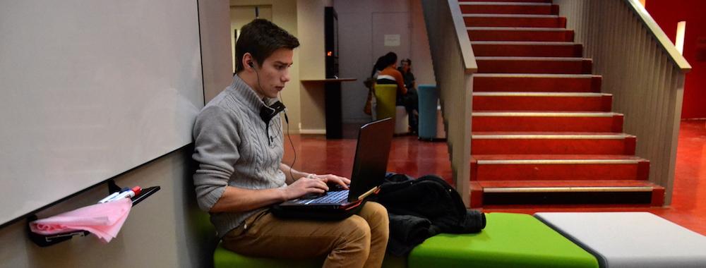 Lucas, étudiant travaille dans le tiers-lieu du Centre de langue de l'Université Lyon 2